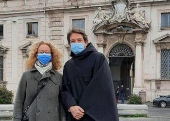 L'avvocato Alexander Schuster e l'avvocata Sara Valaguzzi davanti al Palazzo della Consulta (27 gennaio 2021)